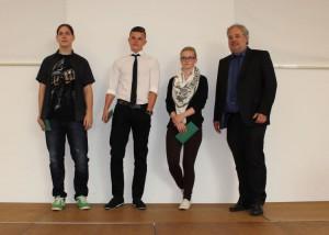 Die Klassenbesten (v. l.) Julien Hotopp, Nico Hellmann, Lea Adamczyk mit dem Ständigen Vertreter der Schulleiterin Frank Grigoleit. Es fehlen Sascha Heinze und Nico Rusack.