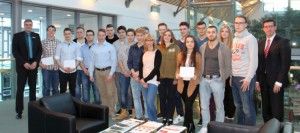 Die glücklichen Gewinner in der Sparkassenpassage, links im Bild Herr Mrozek, rechts Herr Müller