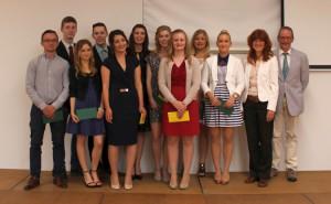Geehrte SchülerInnen des Beruflichen Gymnasiums mit Schulleiterin Anke Thumann und Bildungsgangleiter Joachim Binder