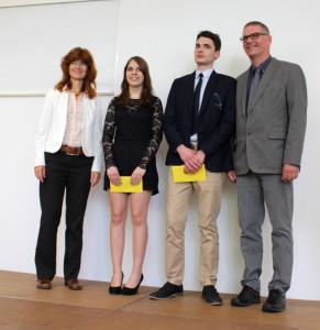 Die Jahrgangsbesten der FOS zusammen mit Anke Thumann und Bildungsgangleiter Frank Ulrich Quehl